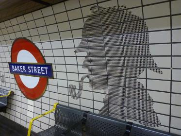 イギリス・ロンドンのベイカーストリート駅構内のプラットホームの様子