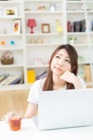 ラップトップコンピュータを見る女性 考える