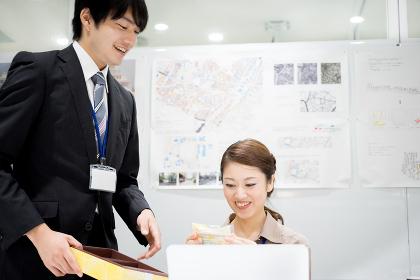 オフィス・同僚・差し入れ(ビジネスイメージ)
