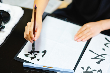 書道をする日本人女性 習字 毛筆