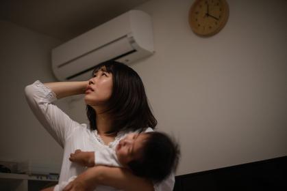 上の階の騒音に悩む母親