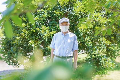 マスクをつけたおじいさん