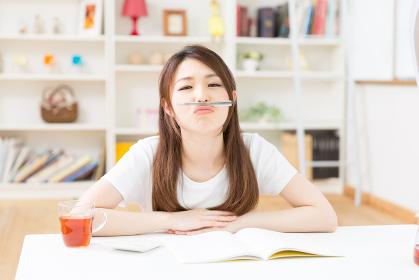 勉強する女性 悩む