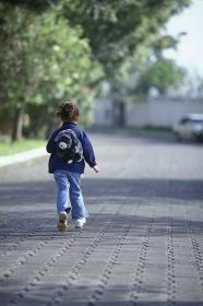 道を歩く子供の後姿