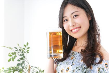 ビアガーデンでビールを飲む女性