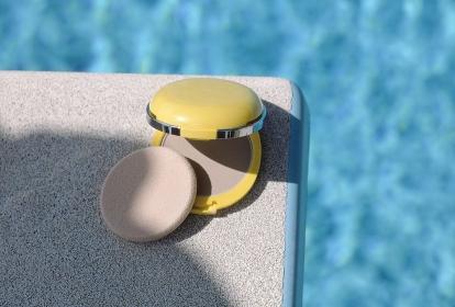 プールの飛び込み板に置かれたUVフェースパウダー