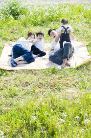ピクニックを楽しむ親子