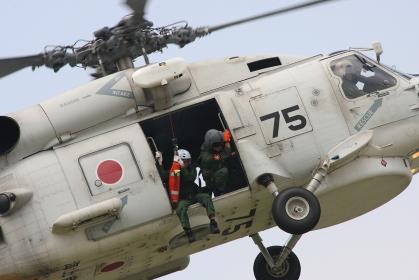 ホイストによる救助に向かうSH-60J(2010海自舞鶴航空基地チビッコヤング大会イベント)