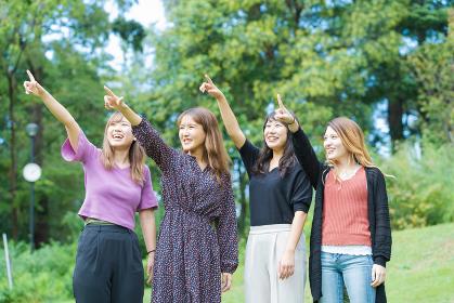 応援する女性4人