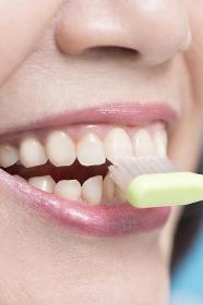 歯を磨くシニア女性の口元