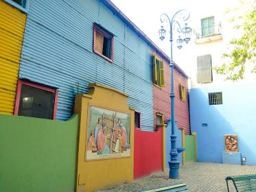 アルゼンチン・ブエノスアイレスにてボカ地区カミニートのカラフルな一角