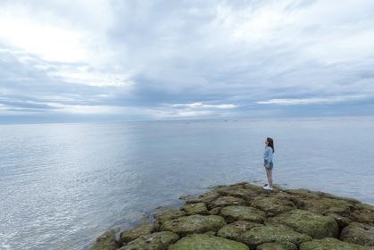 海岸に立つ日本人女性