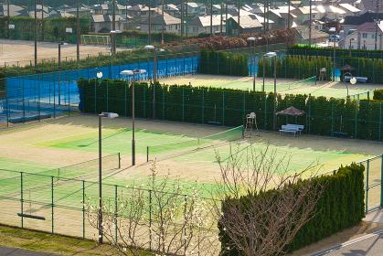 公園の付帯施設のテニスコート