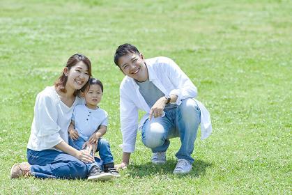芝生の上でくつろぐ家族
