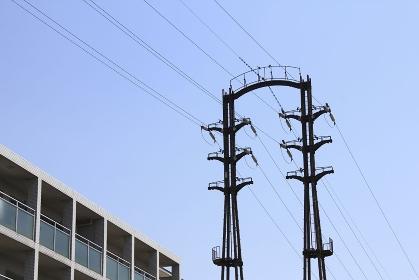 高圧送電線鉄塔と高圧送電線