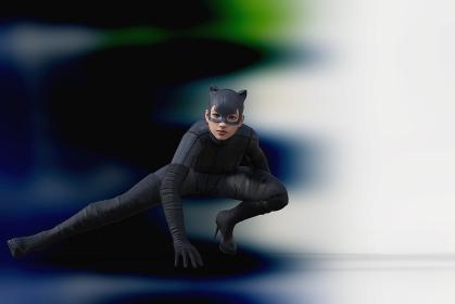 風のように颯爽と現れた黒いキャットレディが低い体勢で片手を地面につける