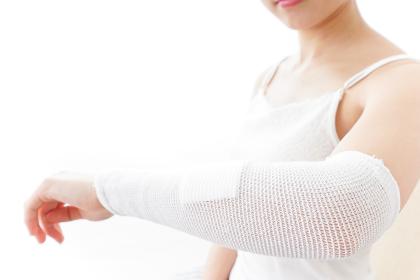 腕のケガをした女性