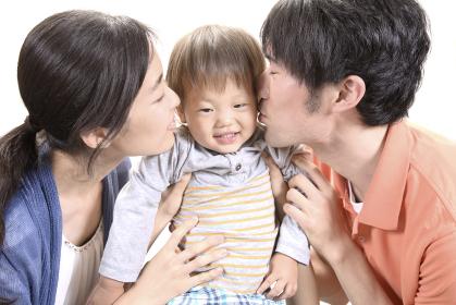 子供にキスをする夫婦