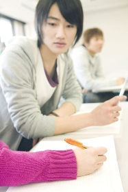 友達のノートを見る学生