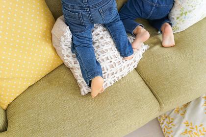 遊ぶ子どもの足