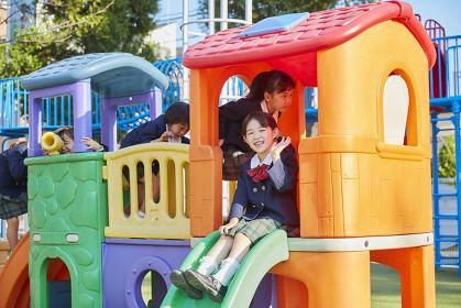 遊具で遊ぶ幼稚園児の女の子