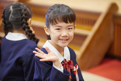 振り向く幼稚園児の女の子