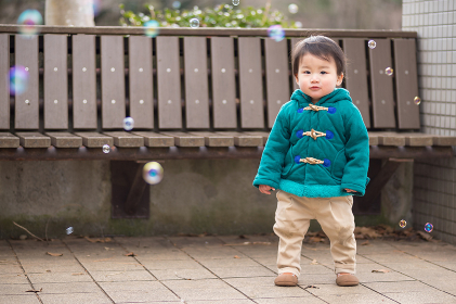 シャボン玉で遊ぶ男の子