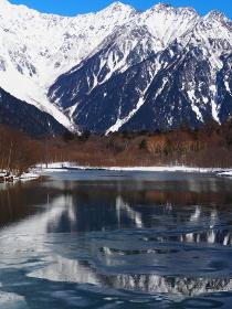 上高地大正池と冬の穂高岳
