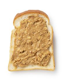白い背景にピーナッツバターを塗った食パン