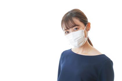 マスクをした若い女性