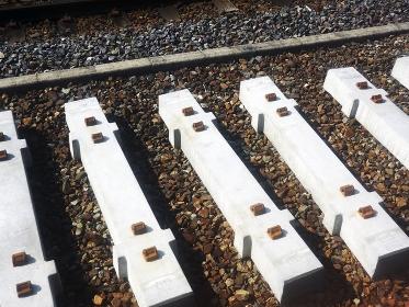 JR線の交換準備のコンクリート枕木