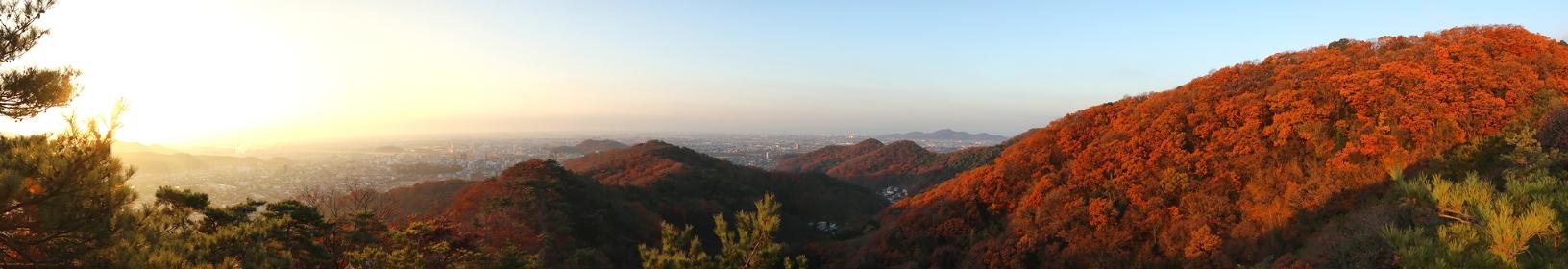 栃木百名山・両崖山(足利市)の稜線から見る日の出と朝焼けに染まる山々 (晩秋/紅葉)(パノラマ)