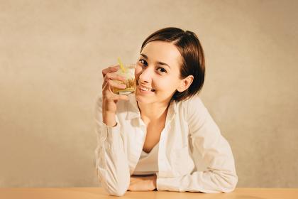 お酒を飲む女性(水・飲み物・アルコール・夏イメージ)