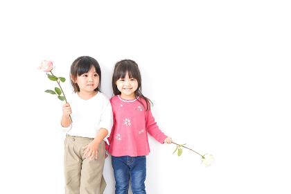 お花を持つ女の子たち