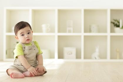 リビングでお座りする赤ちゃん