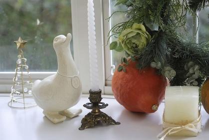 クリスマスリースを飾った窓辺