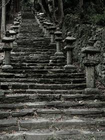 対馬 秋の万松院の参道の階段と石灯籠の風景 10月