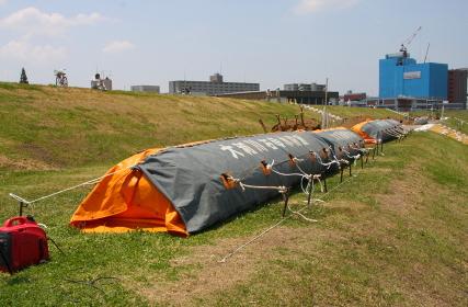 空気展張式の防水壁(2010年国土交通省淀川水防訓練)