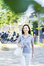 リラックスした表情で散歩する中年女性