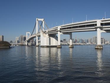 東京港とレインボーブリッジ