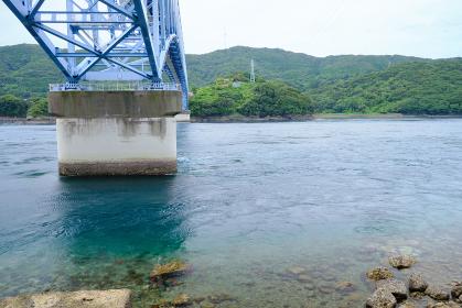 透明の黒之瀬戸大橋の海