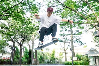 スケートボードでジャンプする男性
