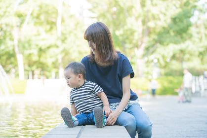 公園での親子(2歳児)
