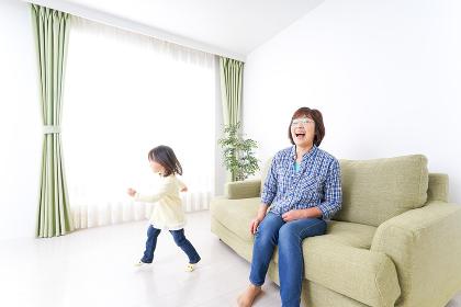 おばあちゃんと遊ぶ子ども