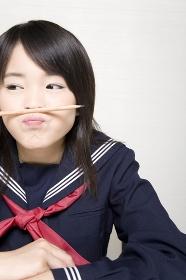 鉛筆を鼻の下にはさむ女子中学生