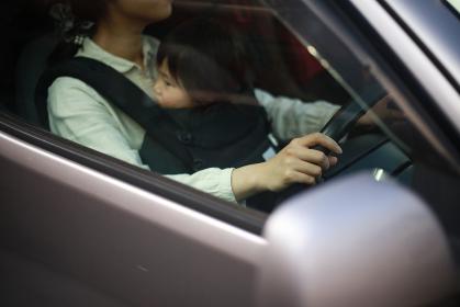 子供を抱っこしたまま運転する女性