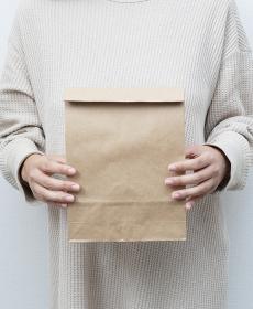 ペーパーバッグを持つ女性