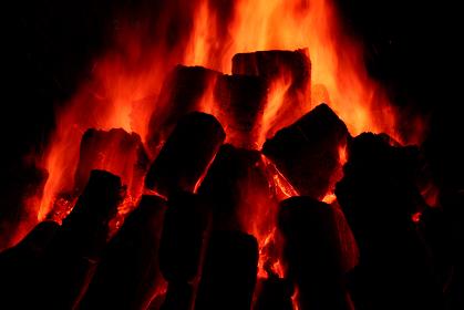 黒背景の炎 燃え上がる炎 キャンプファイヤー バーベキュー BBQ 背景素材