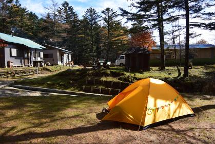 笠取山のキャンプ場 テント 登山 晩秋 山小屋 森林 トレッキング アウトドア ハイキング 紅葉