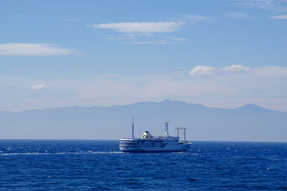 伊豆半島をバックに航行する客船
